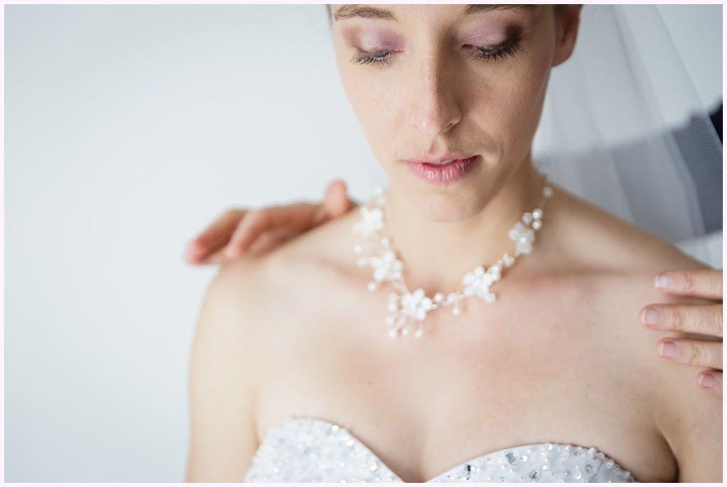 photographe mariage le touvet préparatifs habillage mariée